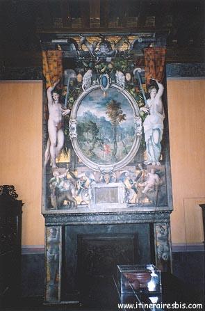 Cheminée peinte 1 er étage à visiter au château d'Ecouen