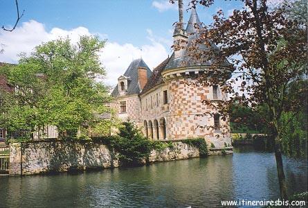 le château de Livet posé sur l'eau