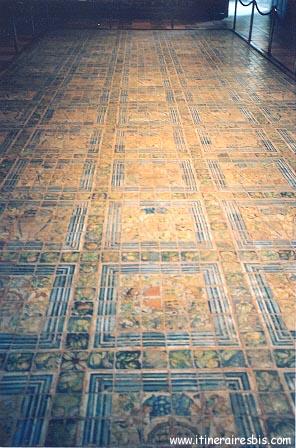 Pavés en émaux du 16ème réalisés à Rouen à voir lors d'une visite du château d'Ecouen