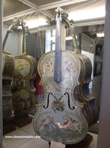Le violoncelle en porcelaine de Alfred Beau 1765 à découvrir lors d'une visite du Château-Manoir de Kerazan