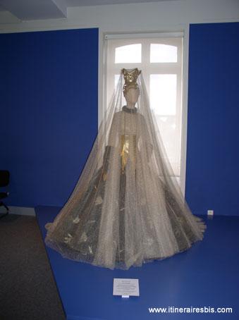 Robe de mariée de Paco Rabane au musée de la dentelle d'Alençon