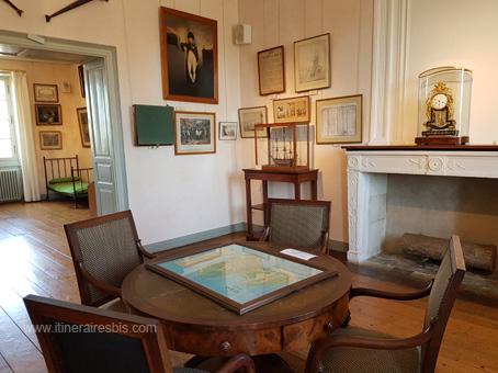 musée Napoléon à l'arrière plan lit du Général Gourgaud aide de camp de l'Empereur