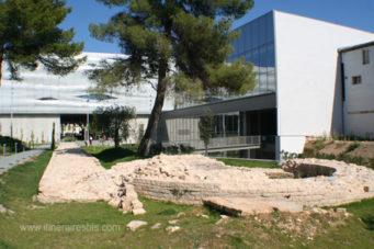 Musée de la Romanité, le jardin et l'ancien mur de la ville de Nîmes