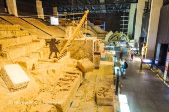 Visiter le Pont du Gard reconstitution pour monter les blocs de pierre