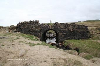 Pont en pierre, falaises de Moher