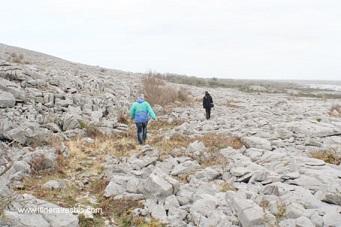 Randonneurs dans le parc du Burren