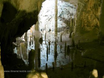 Les grottes de Frasassi des reflets dans le lac